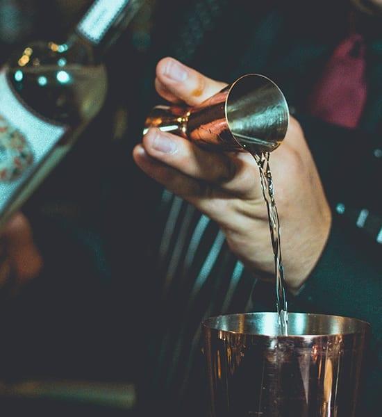 Camarero y cóctel de ZubarDubar