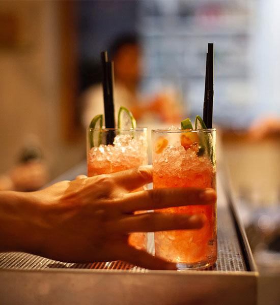 Solución de bar completa - Bartender con dos cócteles